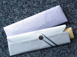 黒すべらん箸の包装 手前:通常包装/和紙包+箸袋、奥:特別包装/和紙包+箸袋+和紙包装(別価格210円)